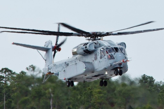 CH-53K King Stallion aircraft, left, prepares to land at Sikorsky Aircraft Corporation, Jupiter, Fla., March 8, 2016. - ©public domain - U.S. Marine Corps - Staff Sgt. Gabriela Garcia